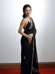 Sweet Indian Babe Meeta Gives Horny Pose in Saree