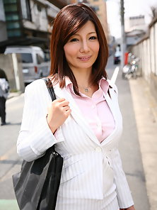 Brunette hot business woman Sayuri Mikami enjoys in showing her figure
