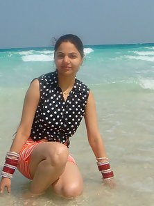 Big Tits Married Indian Chick Posing Photo in Sea Beatch and Bed!