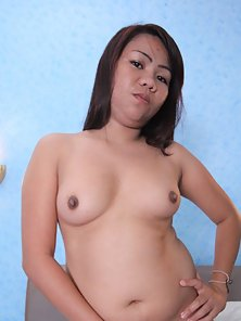 Hot Looking Filipina Babe Arlene Shows Her Boobs and Cunt Naughtily