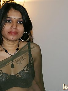Indian Babe Kavya Display Her Naked Body After Removes Her Saree