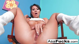 Asian Asa Akira uses her fingers to satisfy herself
